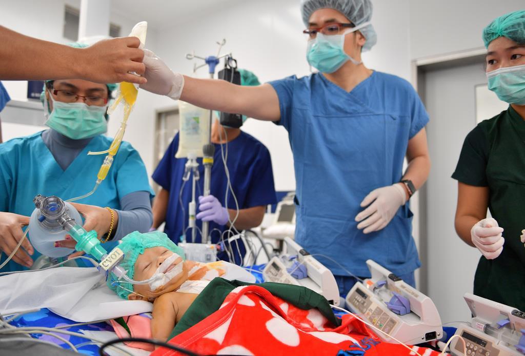 【明美ちゃん基金】現地の医師と共に、心臓病の子供の治療を行う日本の医師ら=4日、ミャンマー・ヤンゴンの国立ヤンキン子供病院(宮崎瑞穂撮影)