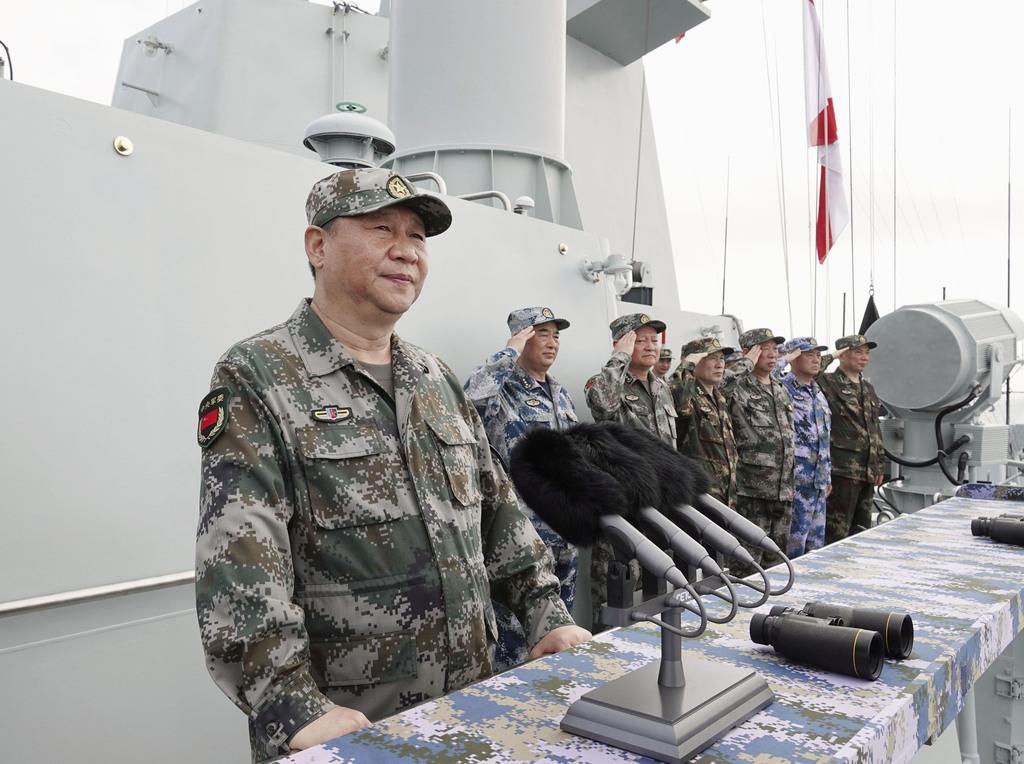 2018年4月、南シナ海で行われた観艦式に出席した中国の習近平国家主席(左)(新華社=共同)