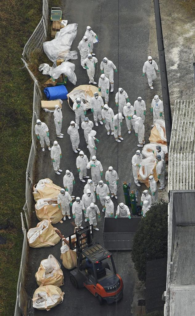 豚コレラの陽性反応が出た愛知県豊田市の養豚場で、防疫作業をする作業員=6日午後1時23分(共同通信社ヘリから)