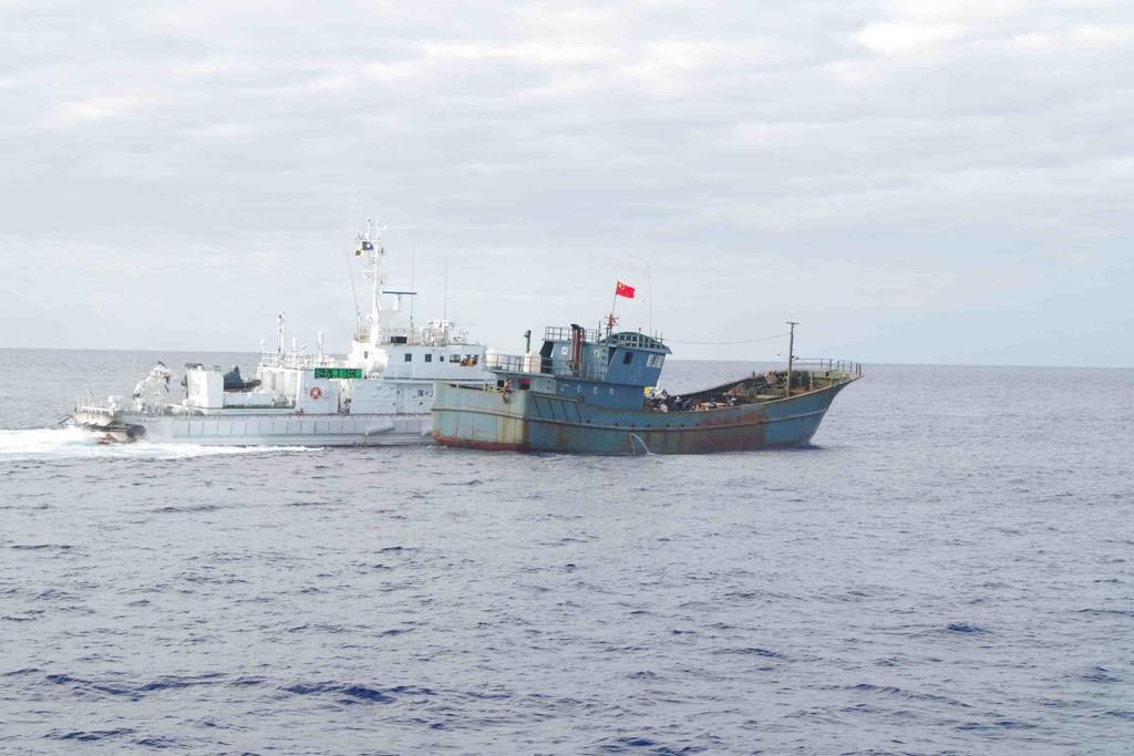 沖縄県沖の海上で停船命令を無視し逃走する中国漁船の摘発にあたる海上保安庁の巡視船=7日午前(海上保安庁提供)