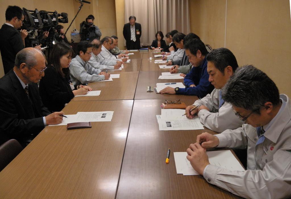 今後の対応を協議した緊急防疫会議=愛媛県庁