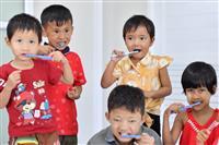 【明美ちゃん基金】ミャンマーの子供たちに歯磨きを 寄贈の歯ブラシ配布