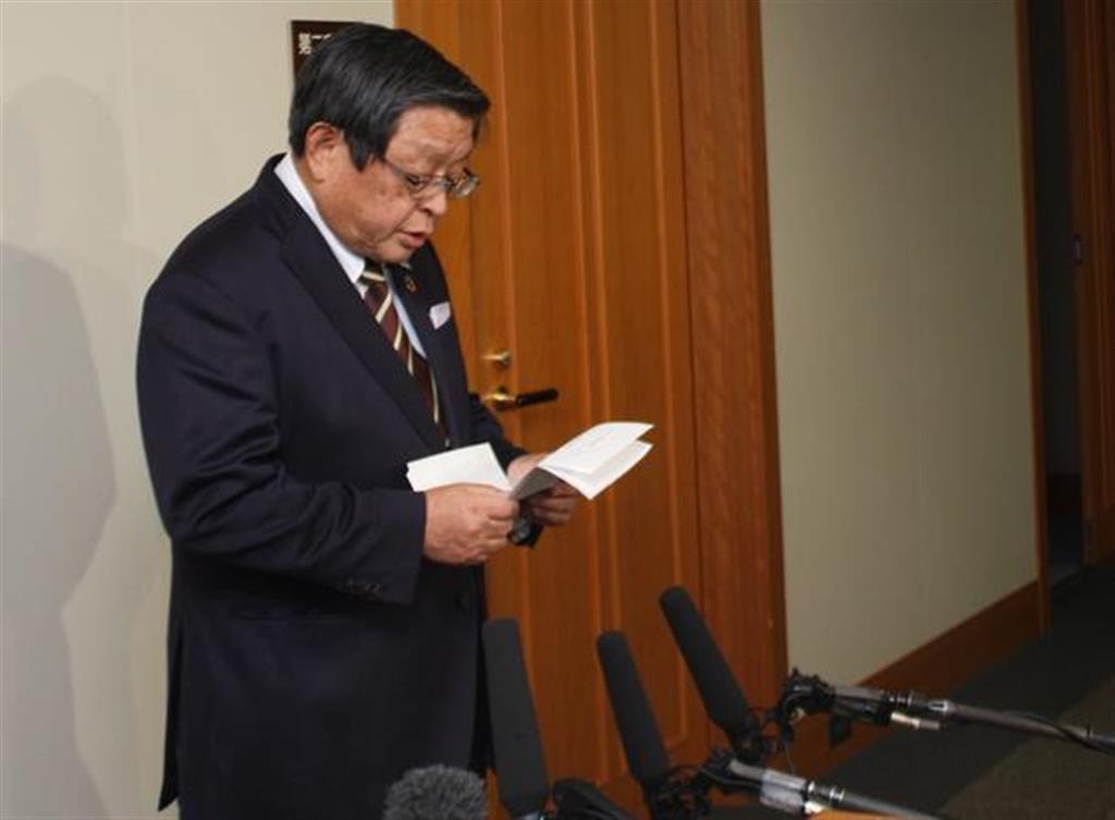 記者団の取材に応じる堺市の竹山修身市長=7日午後、堺市役所