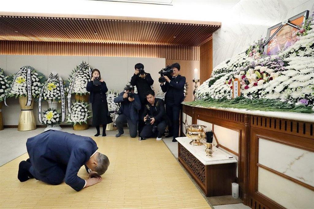 元従軍慰安婦の金福童さんの遺体が安置された葬儀場を弔問する韓国の文在寅大統領=1月29日、ソウル(韓国大統領府提供・共同)