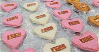 【動画あり】バレンタインデー ハート形のかまぼこ生産ピーク