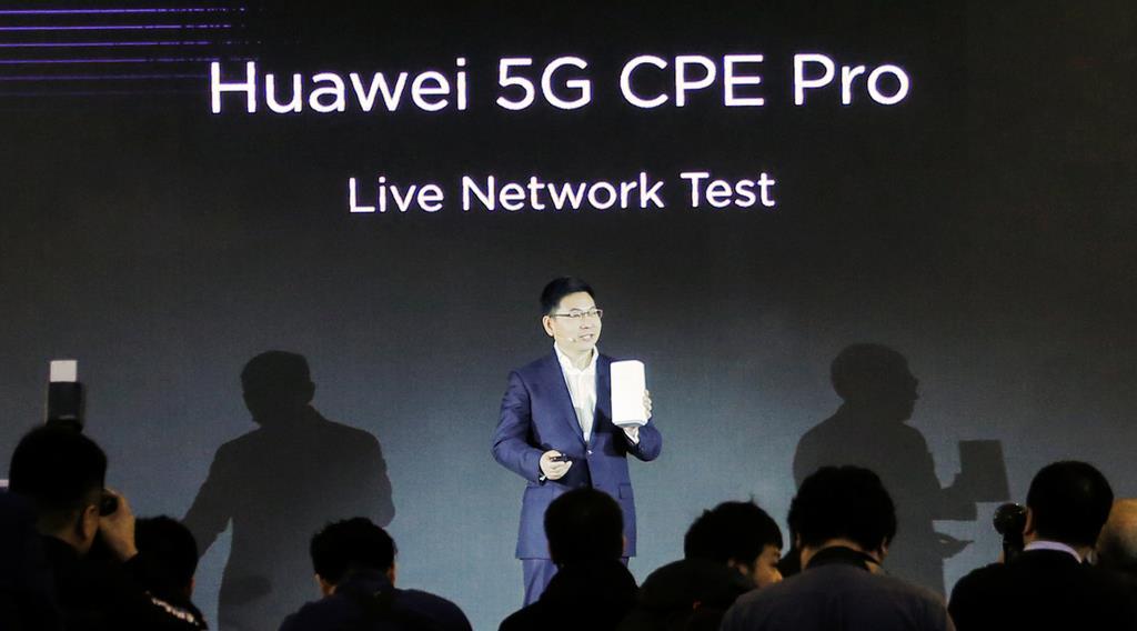 5G製品について発表するファーウェイの余承東コンシューマー・ビジネス・グループ部門CEO=1月24日、北京(ロイター)