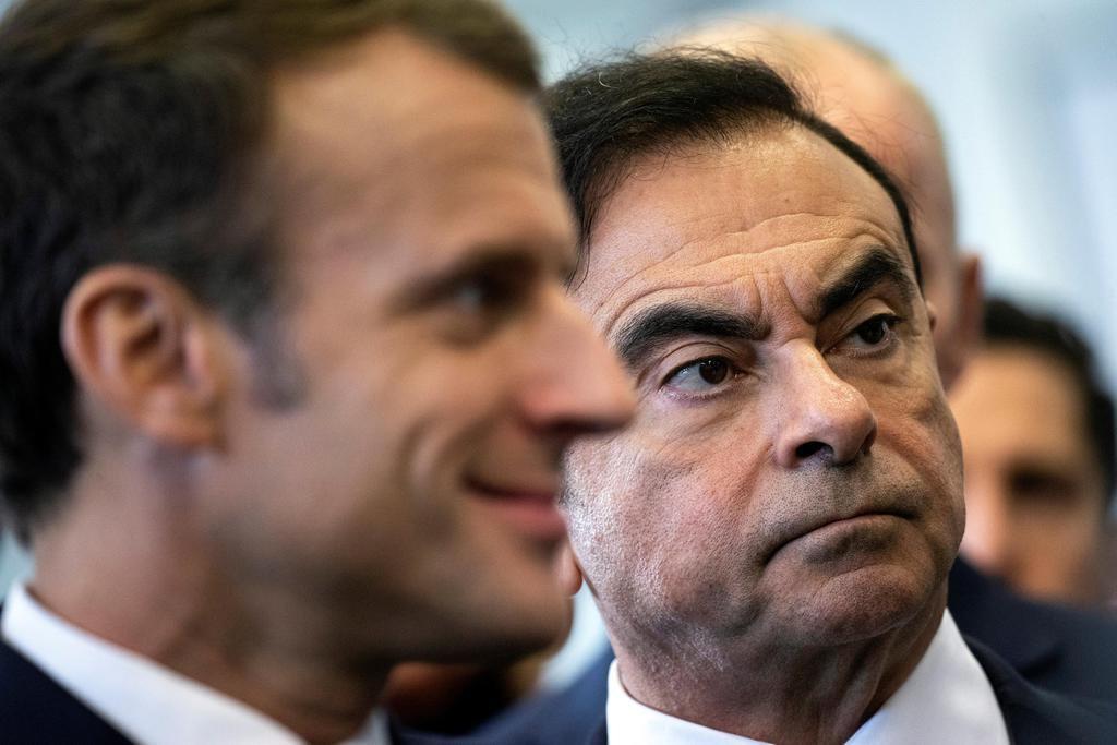 フランス北部のルノーの工場を訪れたフランスのマクロン大統領(左)とゴーン被告=2018年11月8日(ロイター=共同)