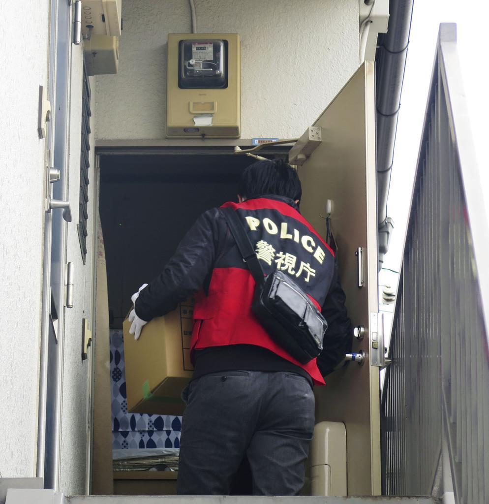 革労協反主流派幹部の小沢繁雄容疑者が潜伏していたアジトに家宅捜索に入る警視庁の捜査員=13日午後、東京都大田区