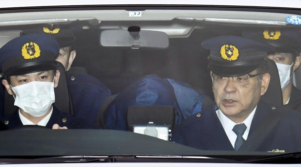 送検のため千葉県警野田署を出る栗原勇一郎容疑者(奥中央)=15日午前8時26分