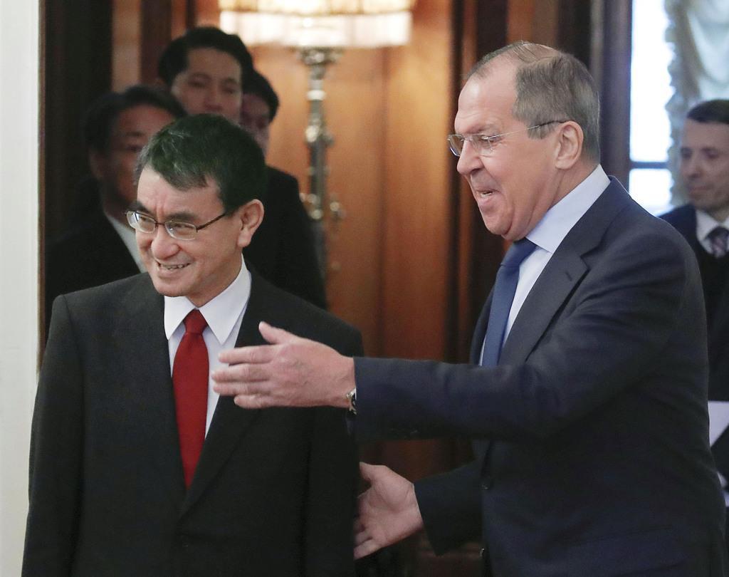 1月14日、日露平和条約締結交渉で新たな枠組みに位置付けられた初めての協議で、ロシアのラブロフ外相(右)に案内される河野外相=モスクワ(ロイター)