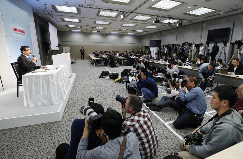 記者会見するホンダの八郷隆弘社長(左端)=19日午後、東京都港区