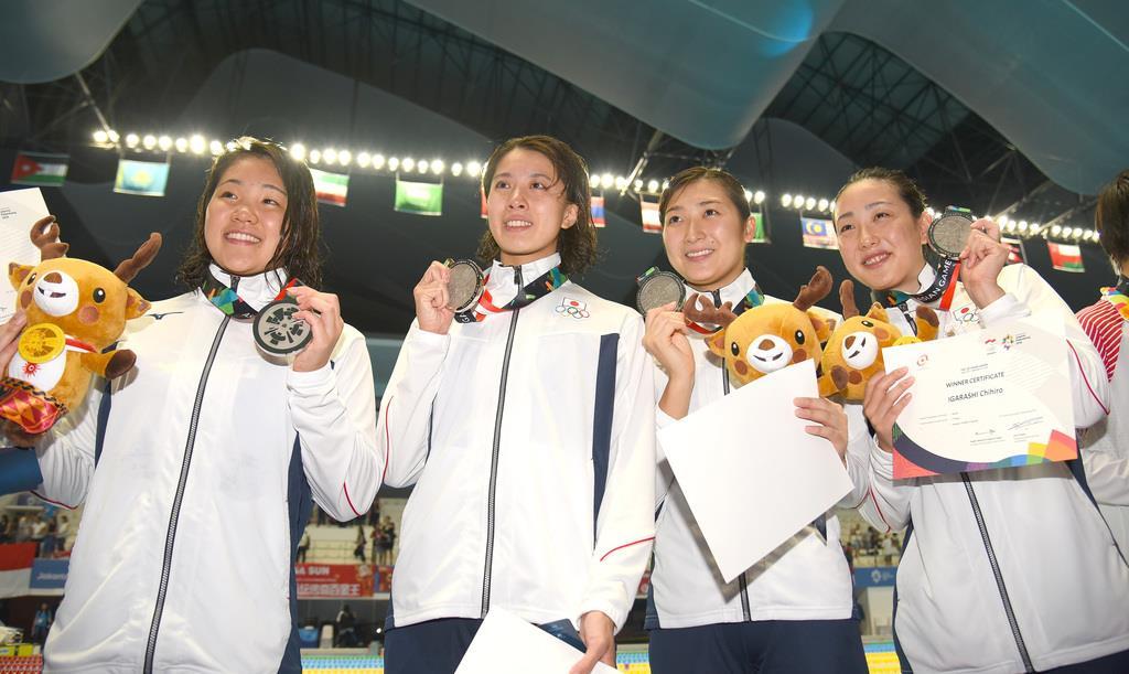 昨年夏のジャカルタ・アジア大会の女子800メートルリレーで、銀メダルの(左から)白井璃緒、大橋悠依、池江璃花子、五十嵐千尋。池江不在の穴を埋めるべく、各選手はレベルアップを誓う=昨年8月、ジャカルタ・アクアティックセンター(納冨康撮影)