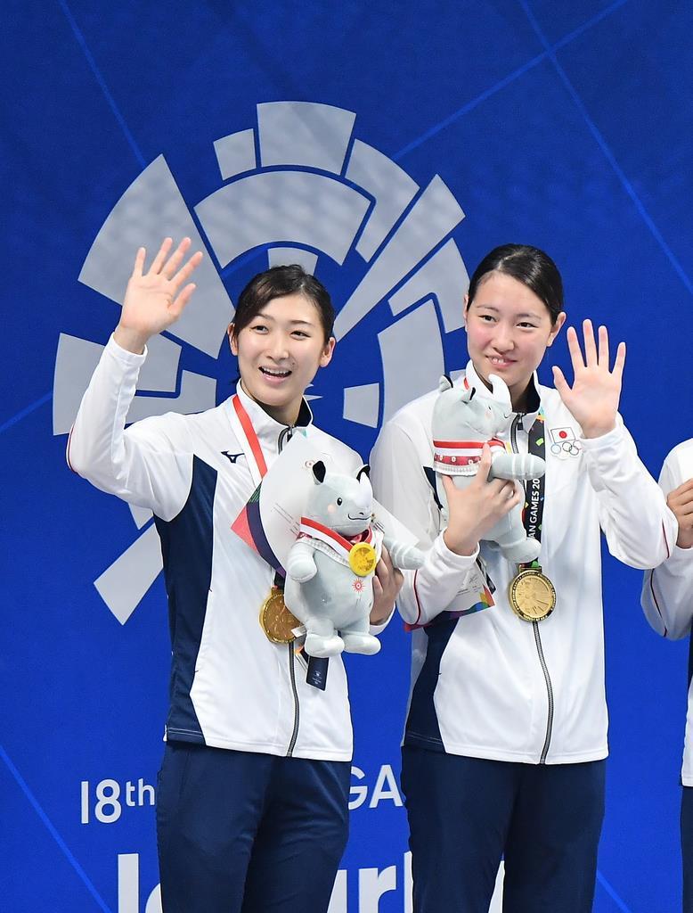 池江(左)らとともに、ジャカルタ・アジア大会の女子400メートルリレーを日本新記録で制し、金メダルを獲得した酒井=昨年8月、ジャカルタのアクアティックセンター(納冨康撮影)