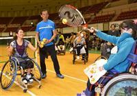 車いすテニスで元気に 上地選手、神戸で子供と交流