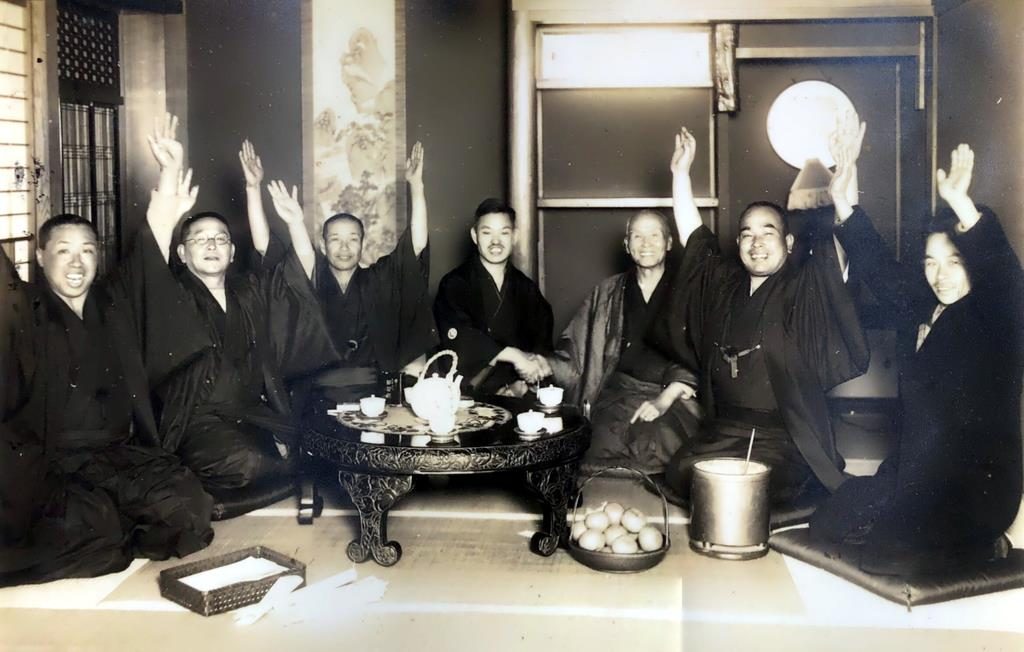 昭和7年に初当選した際の世耕弘一氏(中央)=近畿大学所蔵
