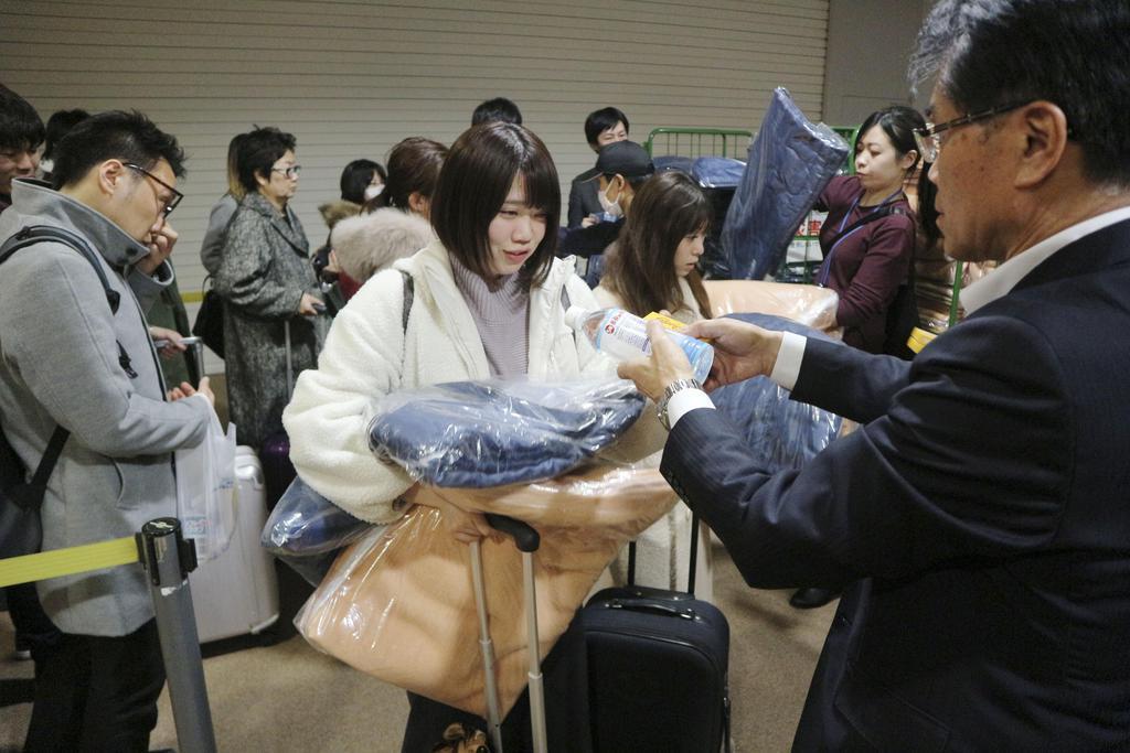 空港に足止め、交通機関に長蛇の列 毛布配布も