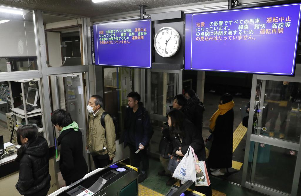 真冬の揺れ、帰宅客直撃 列車停止、空港で一夜