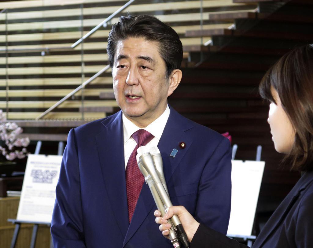 米軍普天間飛行場移設を巡る沖縄県民投票の結果について取材に応じる安倍首相=25日午前、首相官邸