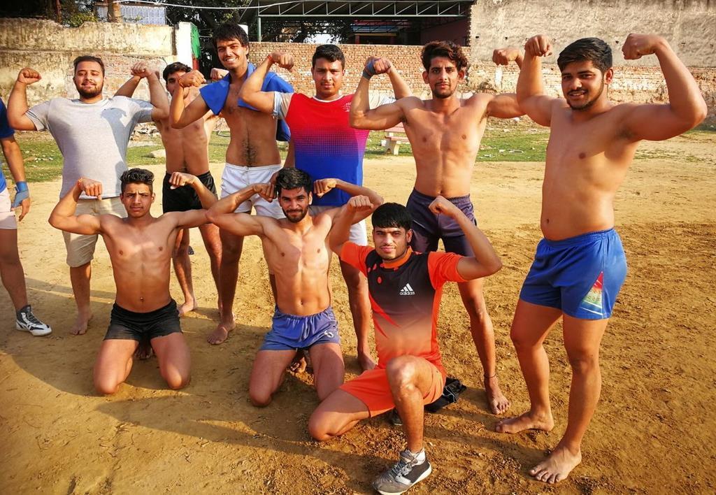 """インドの首都ニューデリー近郊にある""""筋肉村""""「アソラ・ファテプル・ベリ」で体を鍛える若者たち(森浩撮影)"""