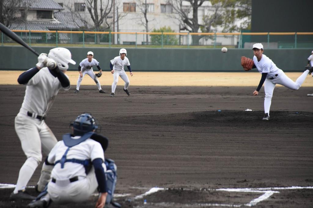 紀三井寺公園野球場を貸し切り、練習する智弁和歌山の選手=和歌山市
