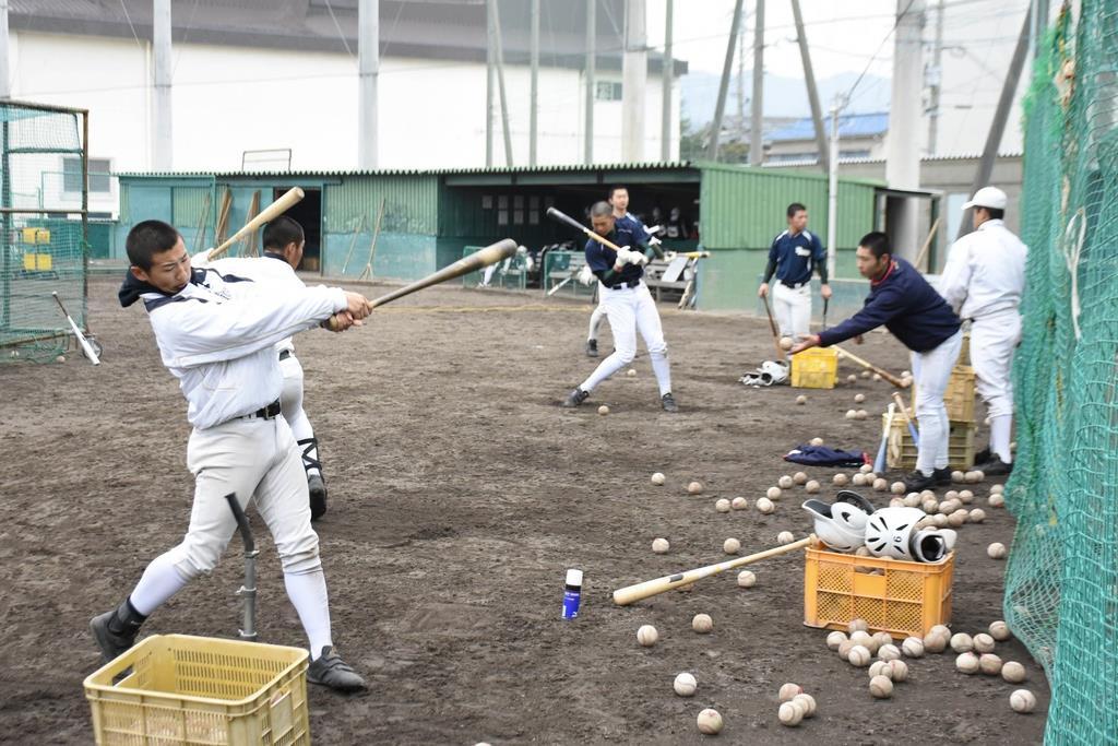 打撃練習に取り組む市和歌山の選手=和歌山市