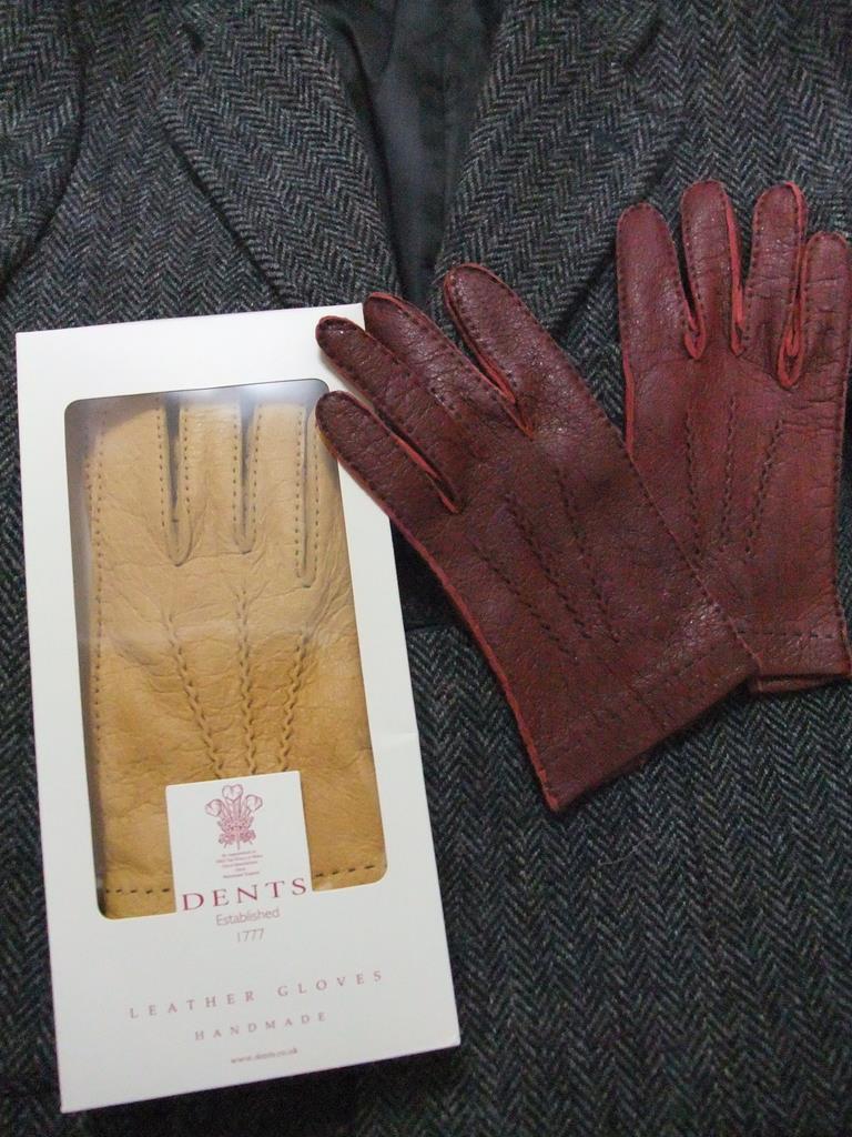 デンツのペッカリーグローブ。左のチャールズ皇太子の紋章が入った箱入りの手袋がコルクといわれる黄土色のタイプ