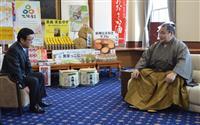 松井知事が鶴竜関に優勝盾贈呈 鶴竜関「今場所も頑張る」
