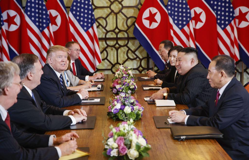 会見するトランプ米大統領とポンペオ国務長官(ロイター)