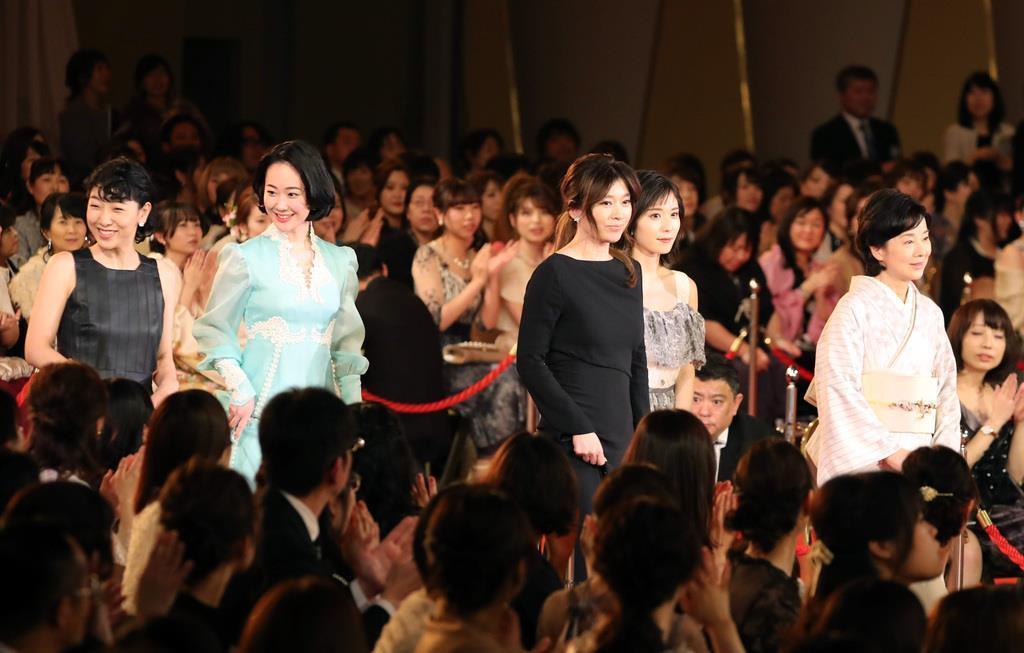 レッドカーペットを歩く優秀主演女優賞を受賞した安藤サクラ、黒木華