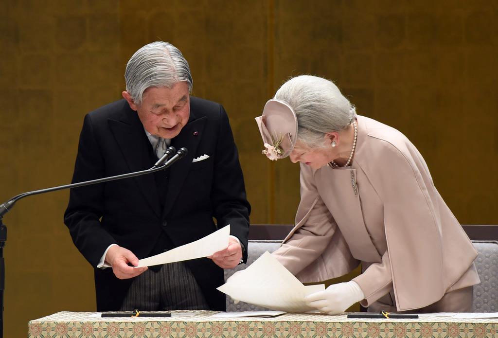 天皇陛下のご在位30年の記念式典でお言葉を述べられる天皇陛下と、手伝われる皇后さま=2月24日、東京都千代田区の国立劇場(川口良介撮影)