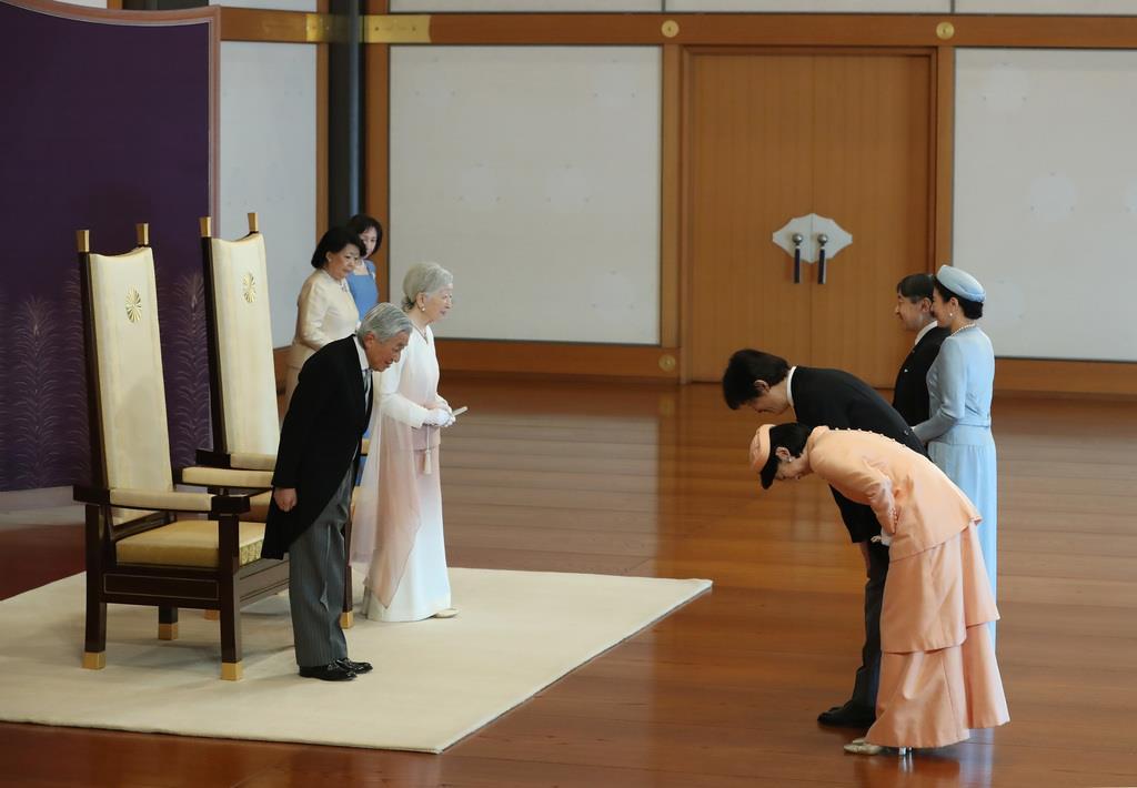 天皇陛下ご即位30年の祝賀行事で、皇太子ご夫妻、秋篠宮ご夫妻からあいさつを受けられる天皇、皇后両陛下=2月24日、皇居・宮殿「松の間」
