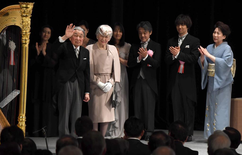天皇陛下ご在位30年の記念式典を終え、会場を後にされる天皇、皇后両陛下=2月24日、東京都千代田区の国立劇場(川口良介撮影)