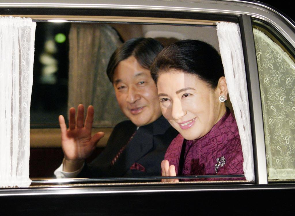 天皇陛下の即位30年を祝う天皇、皇后両陛下との夕食会のため、皇居に入られる皇太子ご夫妻=2月24日、半蔵門