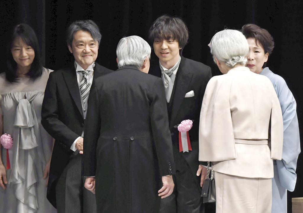 天皇陛下の在位30年の記念式典を終え、三浦大知さんらに声をかけながら退席される天皇、皇后両陛下=2月24日、東京都千代田区の国立劇場