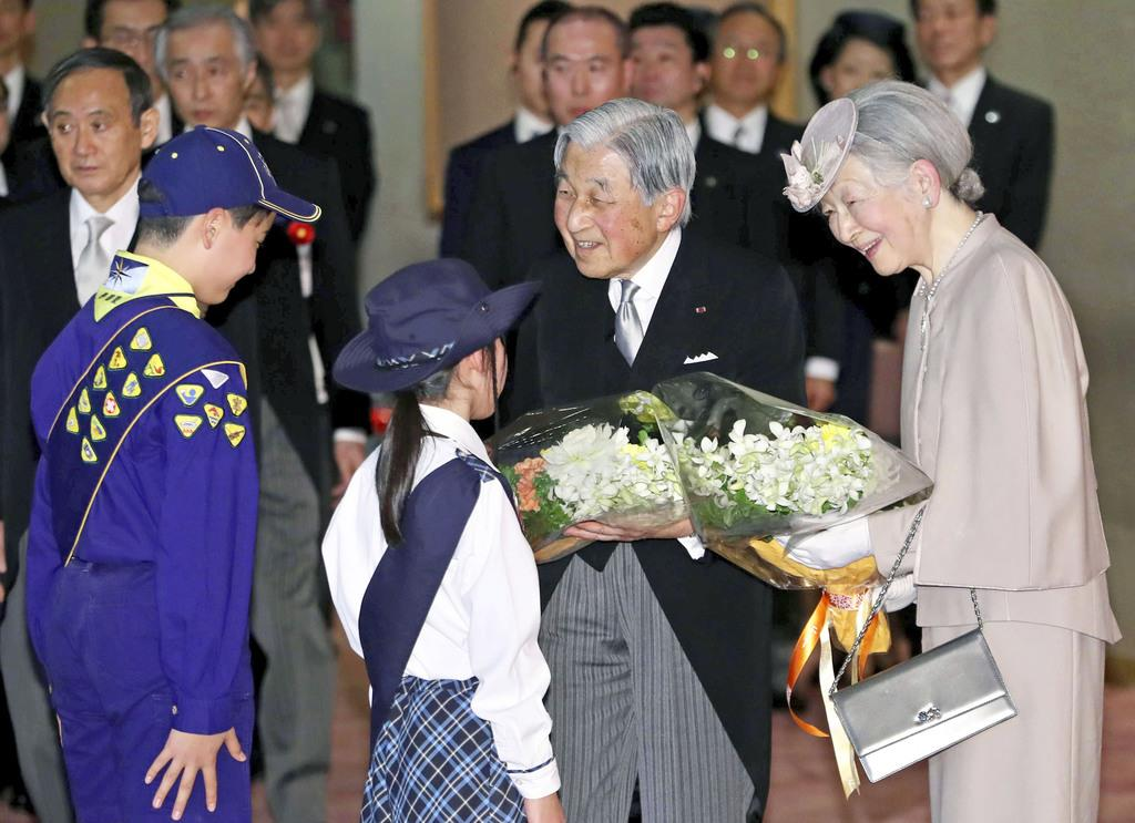 在位30年の記念式典を終え、ボーイスカウトの子供たちから花束を受け取られる天皇、皇后両陛下=2月24日、東京都千代田区の国立劇場