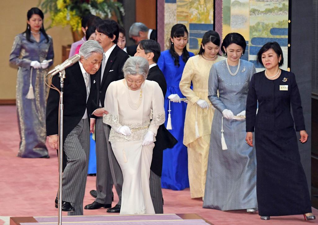 天皇陛下即位30年の宮中茶会に臨まれる天皇、皇后両陛下と皇太子さまをはじめ皇族方=2月25日、皇居・宮殿「豊明殿」(川口良介撮影