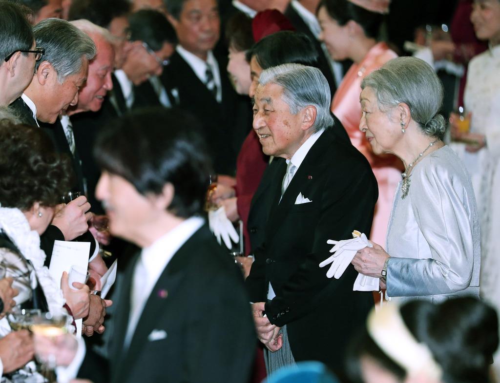天皇陛下即位30年の宮中茶会で歓談される天皇、皇后両陛下と秋篠宮さまをはじめ皇族方=2月25日、皇居・宮殿「豊明殿」