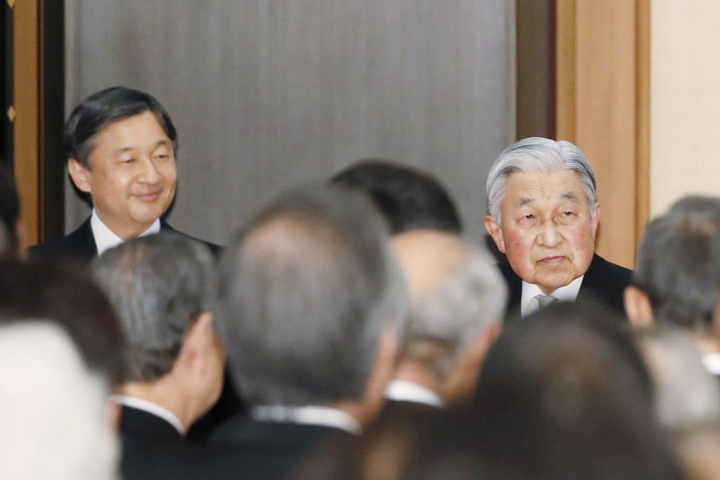 天皇陛下即位30年の宮中茶会で歓談される陛下と皇太子さま=2月25日、皇居・宮殿「豊明殿」