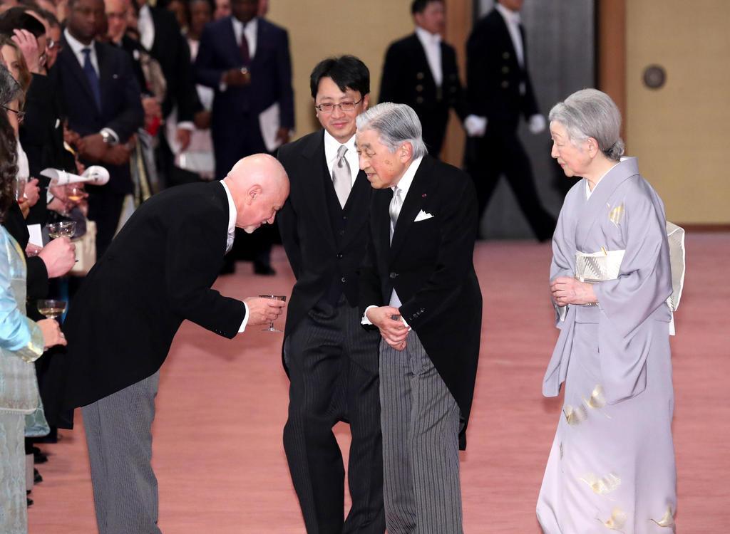 天皇陛下即位30年の宮中茶会で各国の駐日大使らと歓談される天皇、皇后両陛下=2月25日、皇居・宮殿「豊明殿」