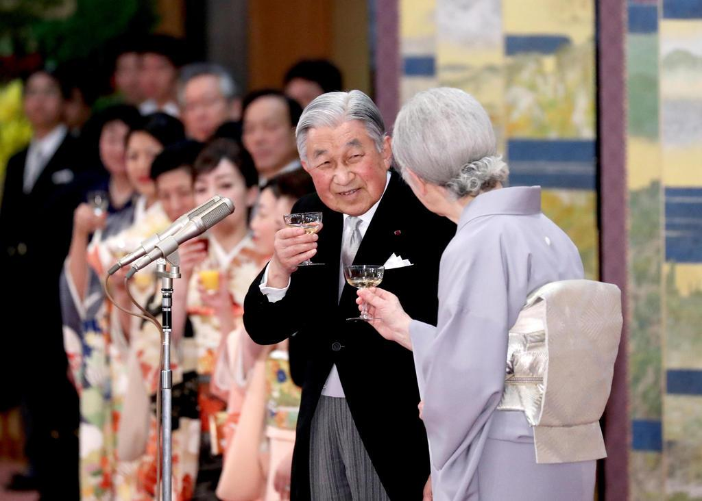 天皇陛下即位30年の宮中茶会で乾杯をされる天皇、皇后両陛下と皇族方=2月25日、皇居・宮殿「豊明殿」
