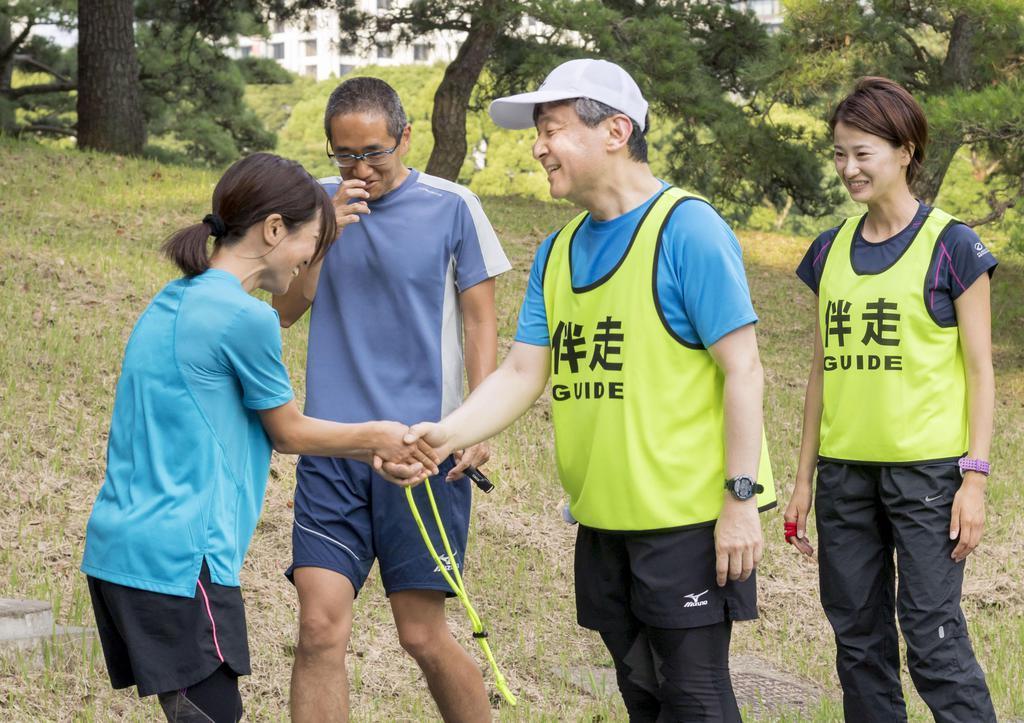 リオデジャネイロ・パラリンピックの女子マラソン(視覚障害)銀メダリストの道下美里さん(左端)の伴奏を務めた後、笑顔で握手を交わされる皇太子さま=平成30年年6月、東京都港区の赤坂御用地(宮内庁提供)