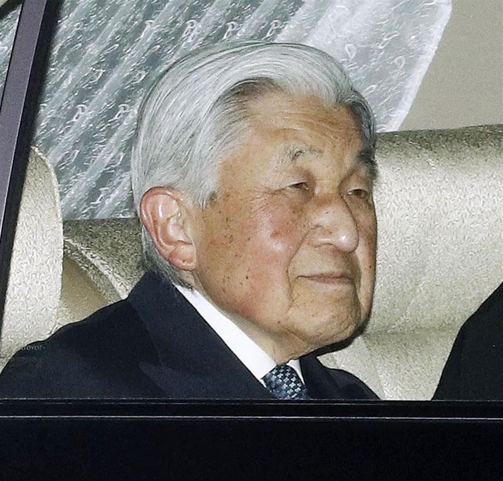 皇太子さまの誕生日を祝う夕食会のため、東宮御所のある赤坂御用地に入られる天皇陛下=2月23日、東京都港区