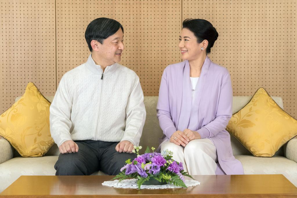 59歳の誕生日を前にした記念撮影で、顔を見合わせられる皇太子さまと皇太子妃雅子さま=2月17日、東宮御所(宮内庁提供)