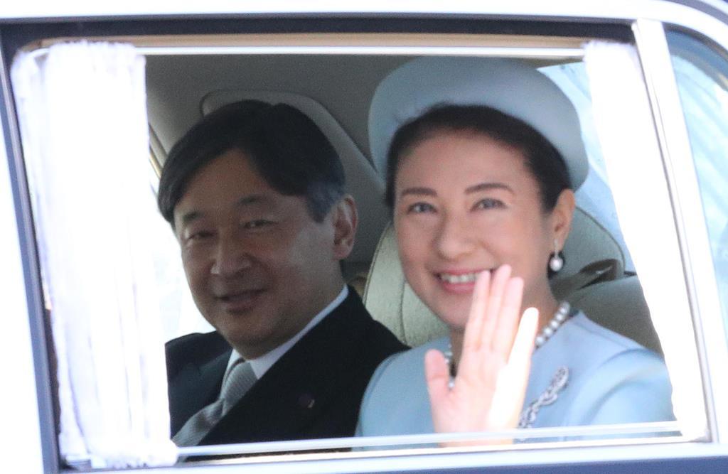 天皇陛下ご即位30年の祝賀のため、皇居に入られる皇太子ご夫妻=2月24日、皇居・乾門