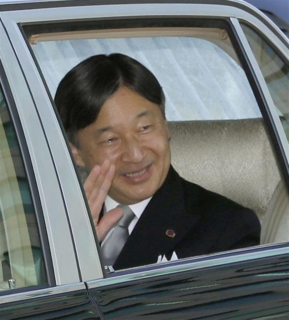 59歳の誕生日を迎え、天皇、皇后両陛下へのあいさつのため皇居に入られる皇太子さま=24日、半蔵門