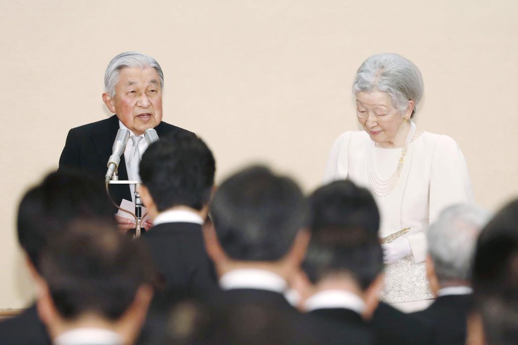 天皇陛下即位30年の宮中茶会であいさつをされる陛下と皇后さま=2月25日、皇居・宮殿「豊明殿」