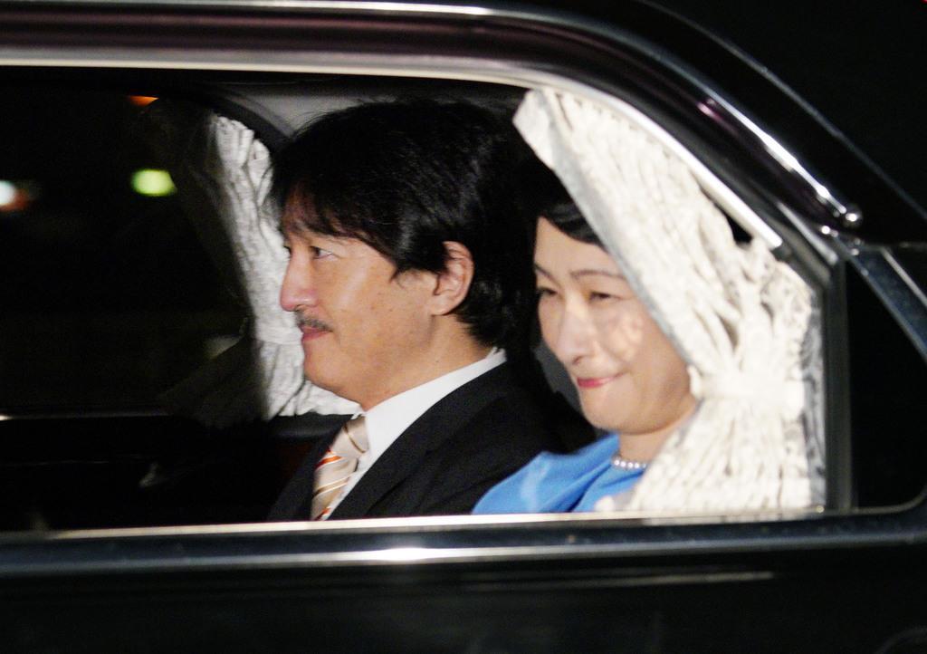 天皇陛下の即位30年を祝う天皇、皇后両陛下との夕食会のため、皇居に入られる秋篠宮ご夫妻=2月24日、半蔵門
