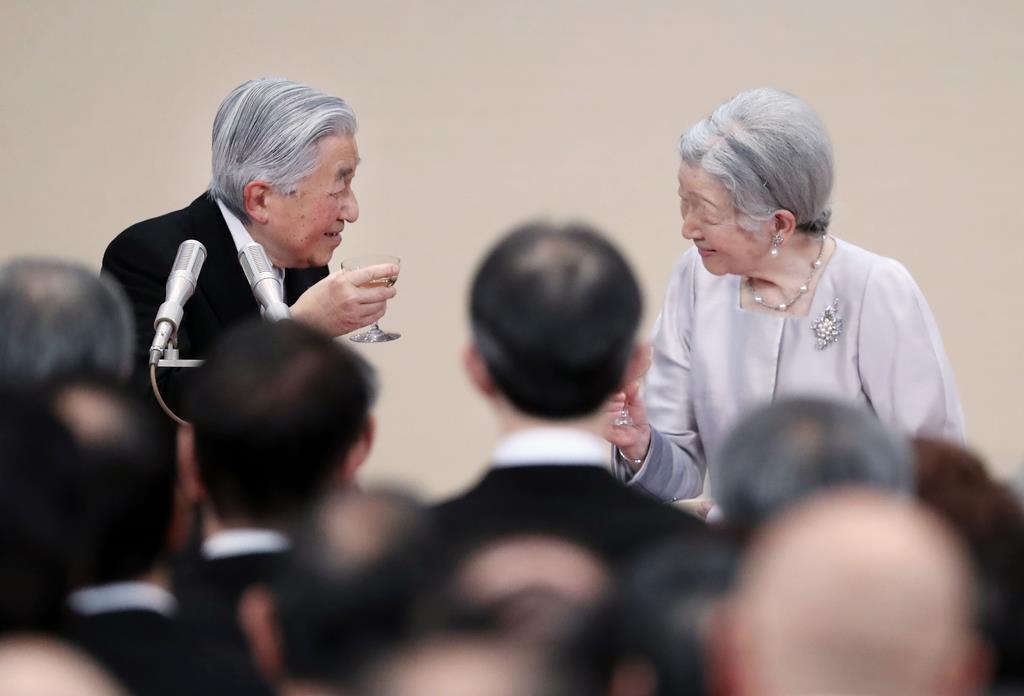 天皇陛下即位30年の宮中茶会で乾杯をされる天皇、皇后両陛下=2月25日、皇居・宮殿「豊明殿」