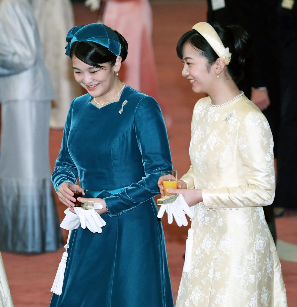 天皇陛下即位30年の宮中茶会で歓談される秋篠宮ご夫妻の長女、眞子さまと次女、佳子さま=2月25日、皇居・宮殿「豊明殿」