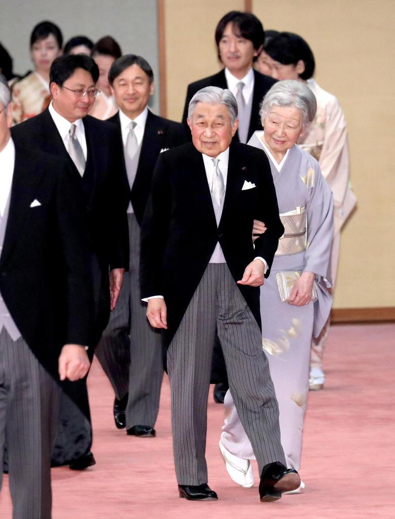 天皇陛下即位30年の宮中茶会に臨まれる天皇、皇后両陛下と皇太子さまをはじめ皇族方=2月25日、皇居・宮殿「豊明殿」